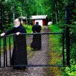 Klosteret Den hellige Trifon Skita er innhyllet i skogens ro. Klosterets leder er arkimandritt Johannes (fremst). Han er også forstander for hellige Nikolai menighet. Fader Serafim er munkediakon.