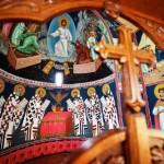 Ove Svele maler ikoner som skal på plass i klosterkirkens nye ikonostas.