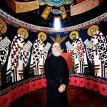 Fader Johannes i alterrommet. De hellige kirkefedre i bakgrunnen.
