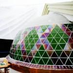 Kunstnerparet Svein og Kirsten Sandvold glassmosaikker dekker kirkens halvkuppel.