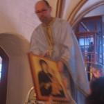 Mens præsten kravler op på en stige