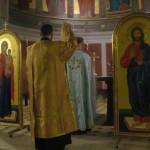 Diakonen leder bønnen